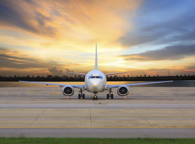 Pasażera samolotu odrzutowego płaski parking na lotniskowym pasa startowego use dla biznesu zdjęcie stock