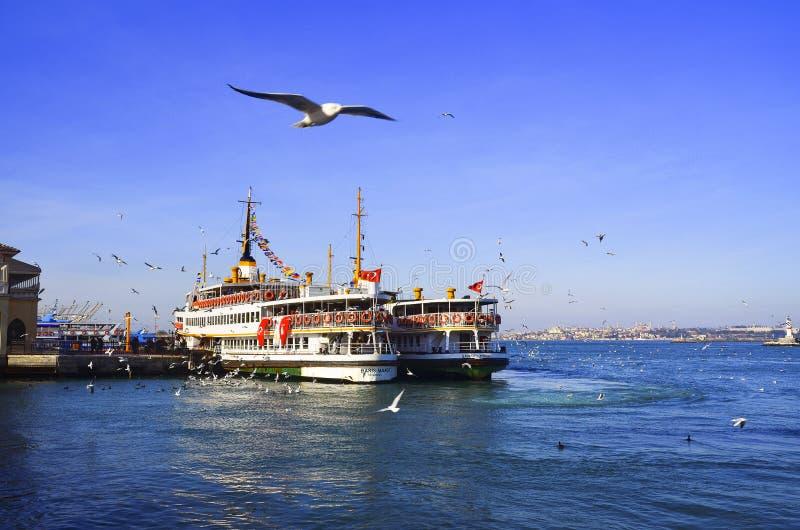Pasażerscy steamers na Kadikoy rusztowaniu zdjęcia stock