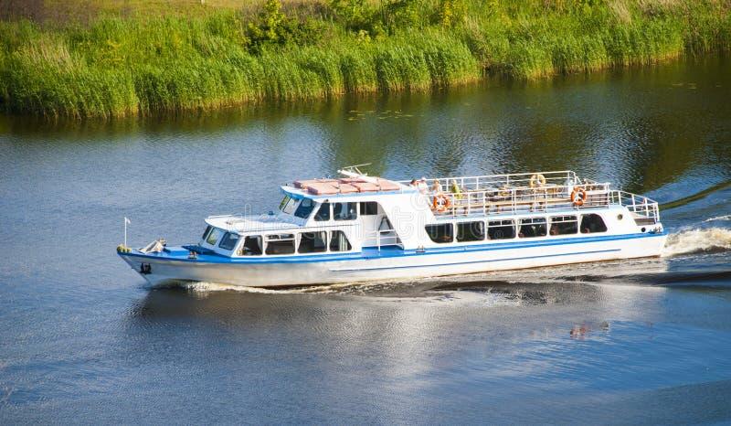 Download Pasażerska łódź zdjęcie stock. Obraz złożonej z błękitny - 57668262