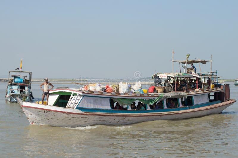 Pasażerska łódź na Irrawaddy rzeki zbliżeniu Myanmar obraz stock