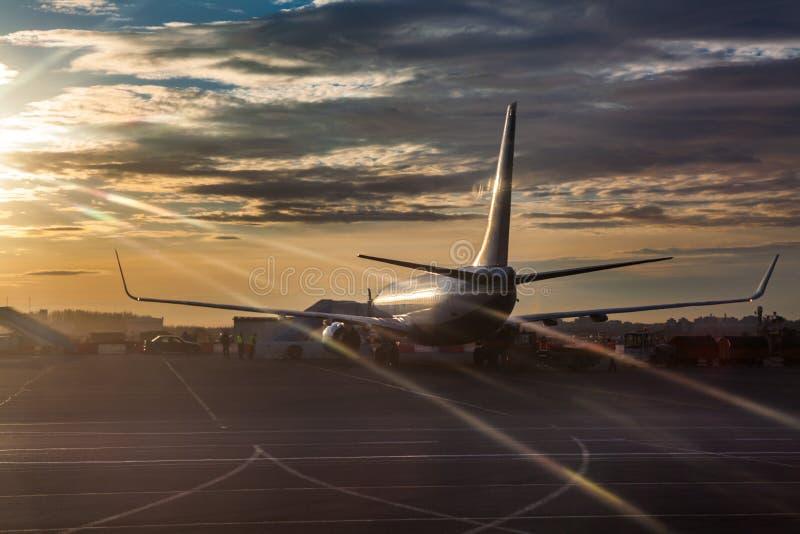 Pasażerska samolot jazda na pasie startowym w zmierzchu zaświeca zdjęcia royalty free