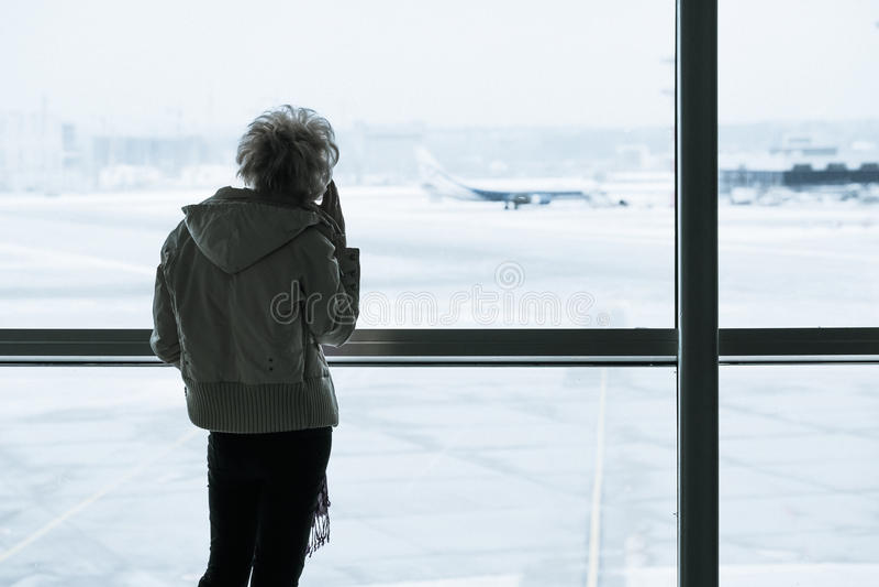 Pasażerska sylwetka w lotnisku fotografia stock