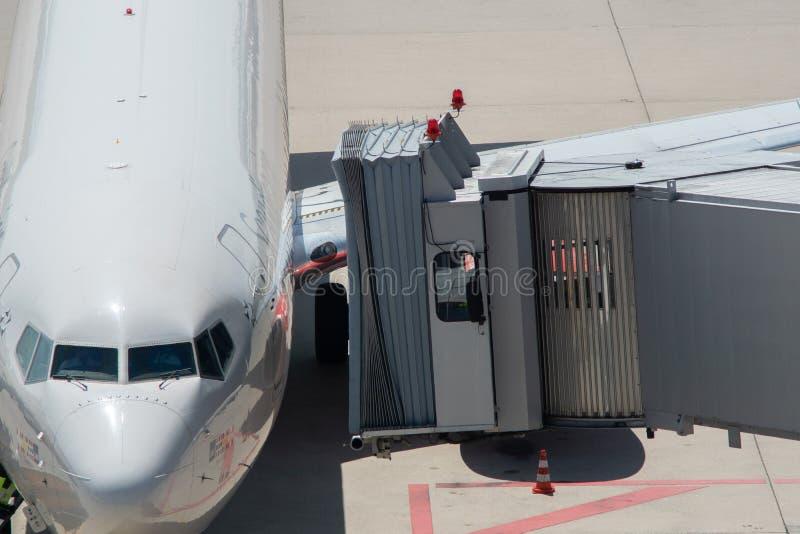 Pasażerski abordażu most dokujący na samolocie fotografia stock