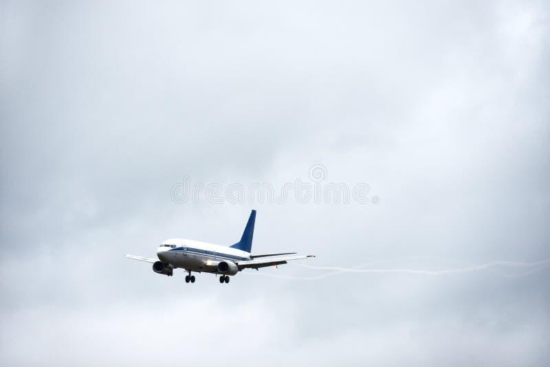 Pasażerski liniowiec bierze daleko w niebo od lotniskowego pasa startowego w chmurnej pogodzie z deszczem obraz stock