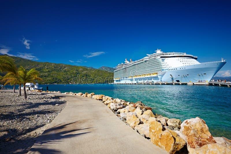 Pasażerski liniowiec w tropikalnym morzu przeciw niebieskiemu niebu, Haiti obraz stock