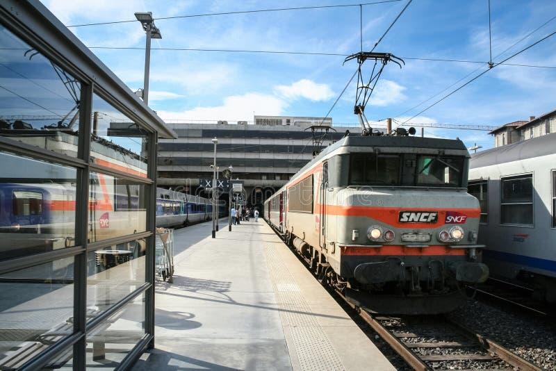 Pasażerski TER regionalności pociąg w Marseille Charles Świątobliwym dworcu, należy SNCF firma widzieć w przodzie fotografia stock