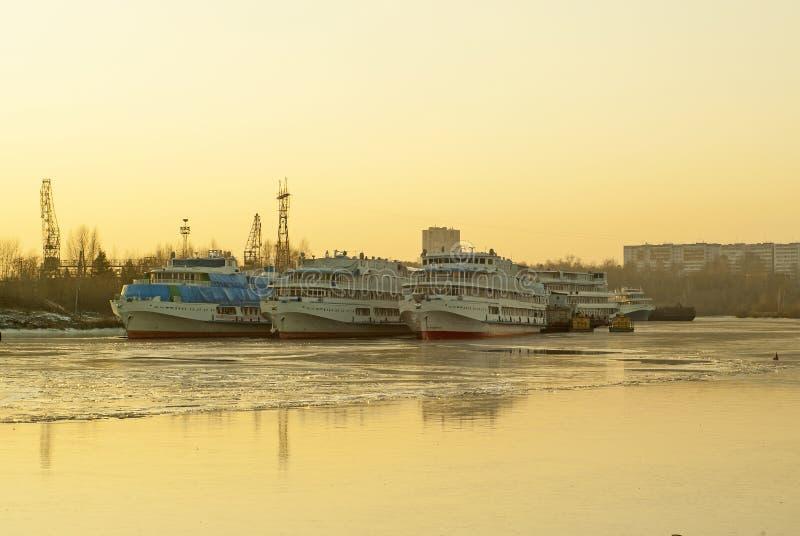 Pasażerskie rzeczne łodzie podczas przezimowywać w stojących wodach obrazy stock
