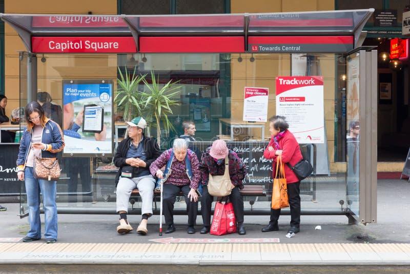 Pasażery czekać na tramwaj przy Capitol kwadrata przerwą w Chinatown, Sydney, Australia zdjęcia royalty free