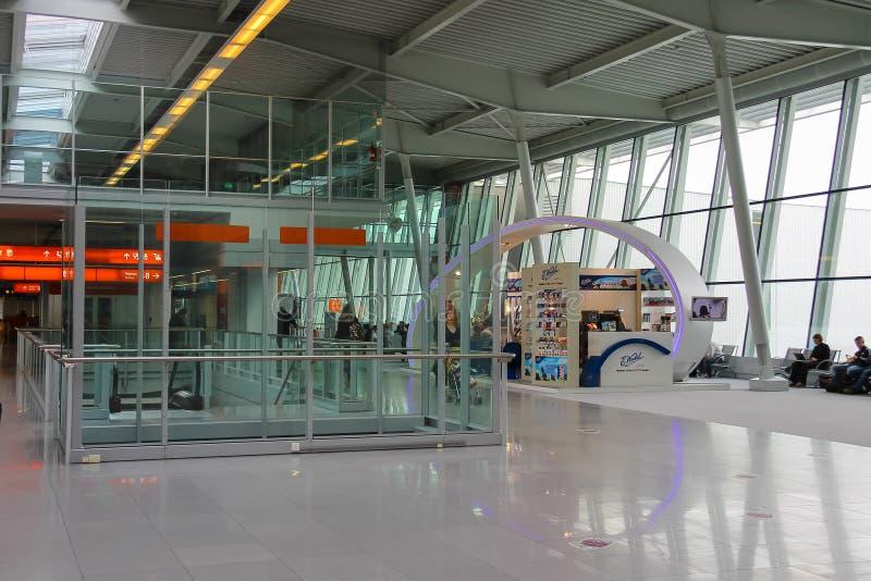 Pasażery czeka odjazd w Warszawskim Chopinowskim lotnisku obraz stock