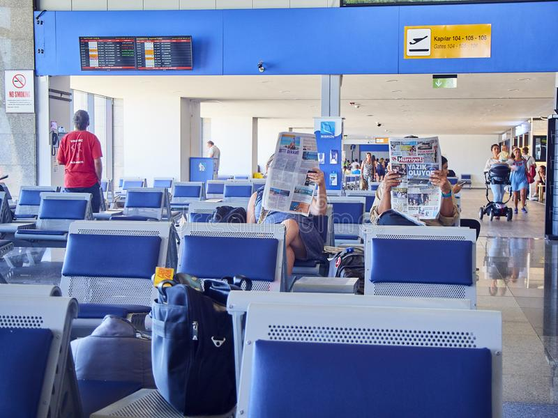 Pasażery czeka w Tureckim lotnisku Bodrum Mugla, Turcja obrazy stock