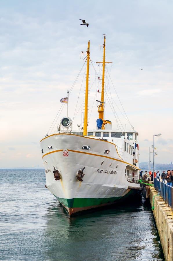 Pasażery dostaje daleko od lokalny promu śmiertelnie Buyukada Istanbuł, Turcja - Princess wyspa - fotografia stock