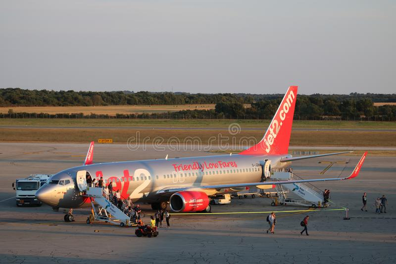 Pasażery opuszcza Jet2 Boeing 737 Pula Chorwacja obraz stock