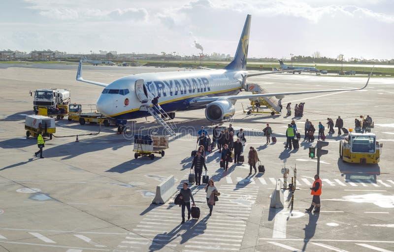 Pasażery opuszcza samolot przy lotniskiem międzynarodowym zdjęcie royalty free