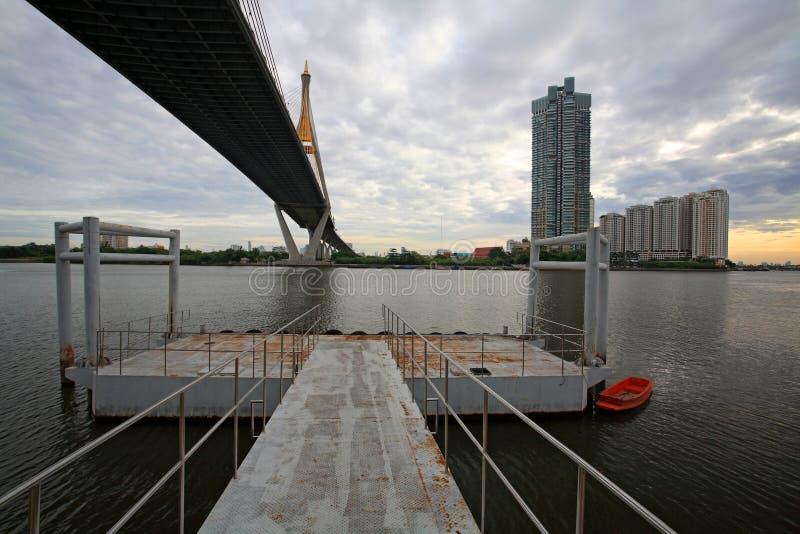Pasażery przesyłają pod Ramy IX zawieszenia mostem, Bangkok zdjęcia stock