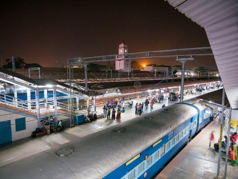 Pasażery przewodzą dla ich furgonu przed odjazdem noc pociąg Mysore zdjęcie royalty free