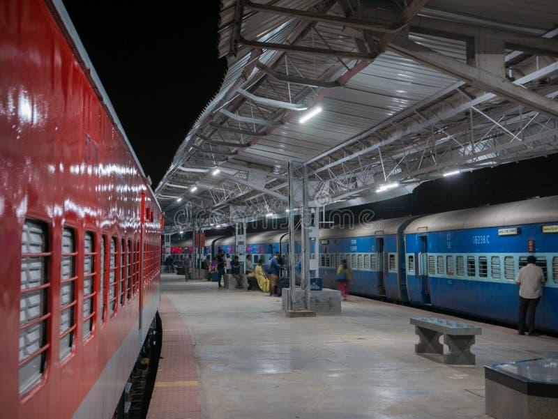 Pasażery przewodzą dla ich furgonu przed odjazdem noc pociąg Mysore obraz stock