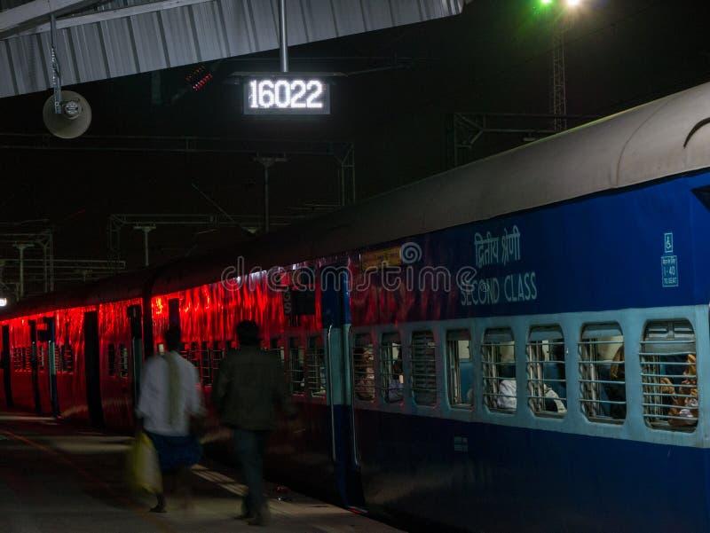 Pasażery przewodzą dla ich furgonu przed odjazdem noc pociąg Mysore obrazy stock