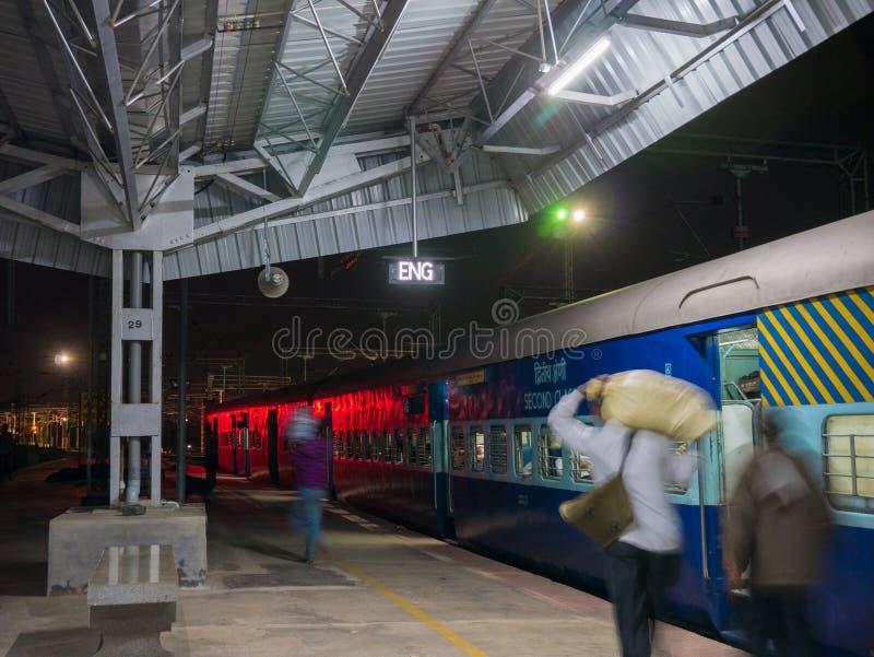 Pasażery przewodzą dla ich furgonu przed odjazdem noc pociąg Mysore zdjęcia royalty free