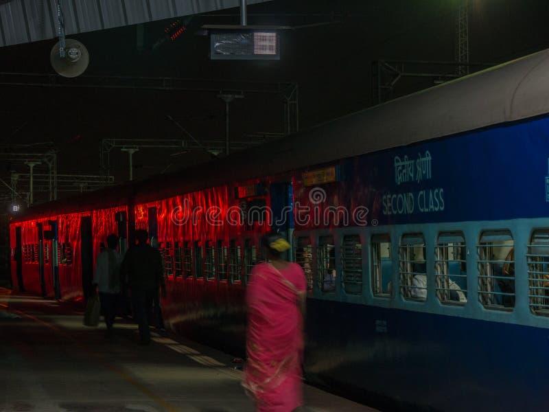 Pasażery przewodzą dla ich furgonu przed odjazdem noc pociąg Mysore obraz royalty free
