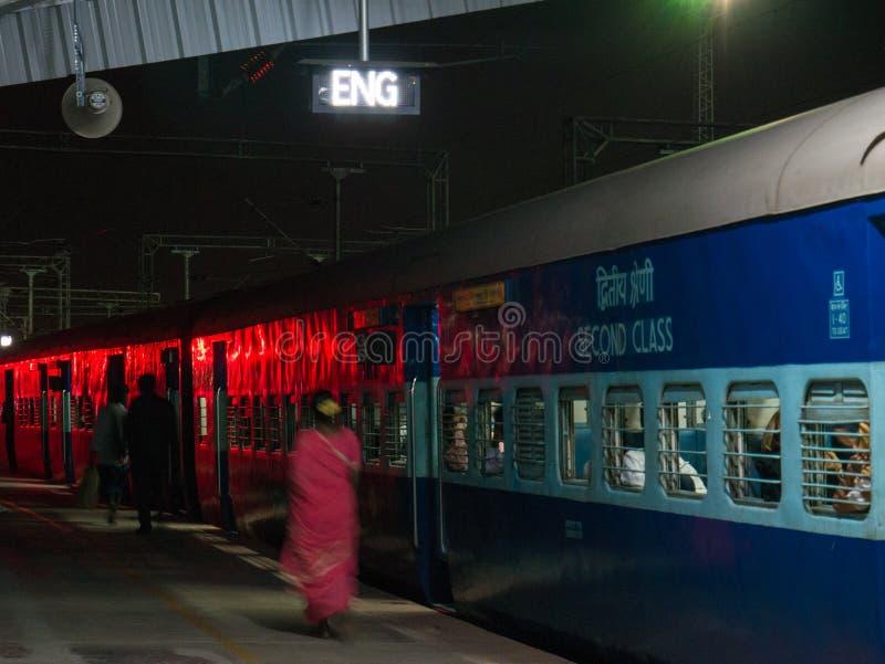 Pasażery przewodzą dla ich furgonu przed odjazdem noc pociąg Mysore zdjęcia stock