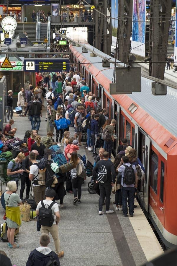 Pasażery przy Hamburską ` s magistrali stacją kolejową zdjęcia stock