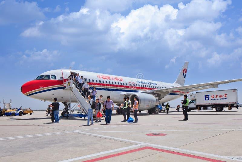 Pasażery przychodzą out samolot, właśnie lądującego na Pekin Kapitałowym lotnisku międzynarodowym, Chiny obraz royalty free