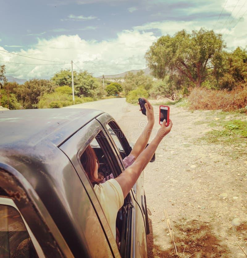 Pasażery samochód daleko od cywilizacji szukają telefon komórkowy sieci sygnał ?adny zwi?zek obrazy stock