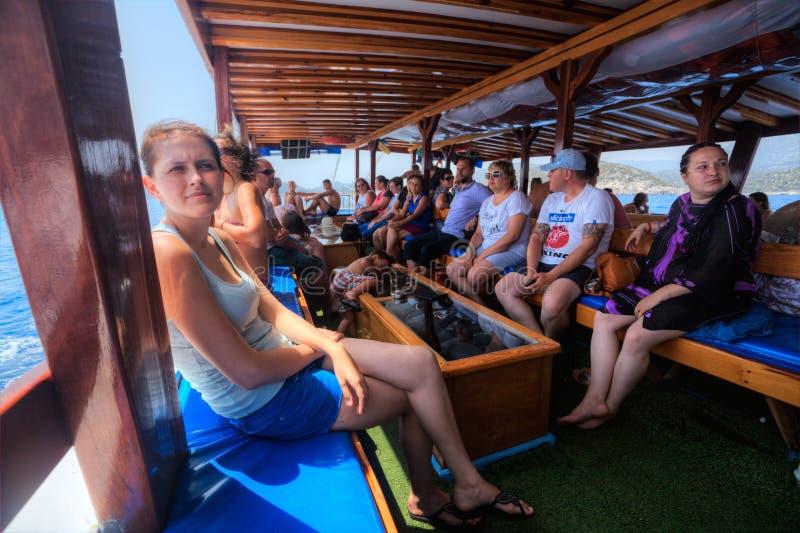Pasażery siedzą na ławkach w kabinie wycieczek łodzie obraz royalty free