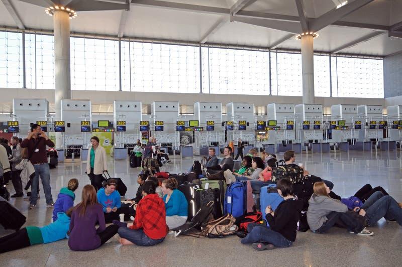 Pasażery siedzi na podłodze w czeku w sali przy Malaga lotniskiem, Hiszpania obrazy royalty free