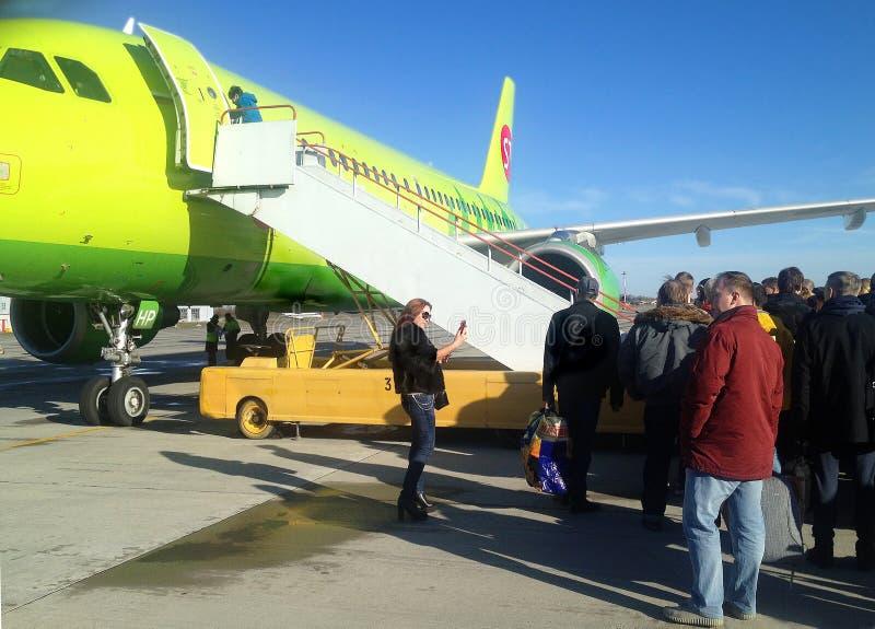 Pasażery stoi przy gangplank przygotowywają wsiadać samolot obrazy royalty free