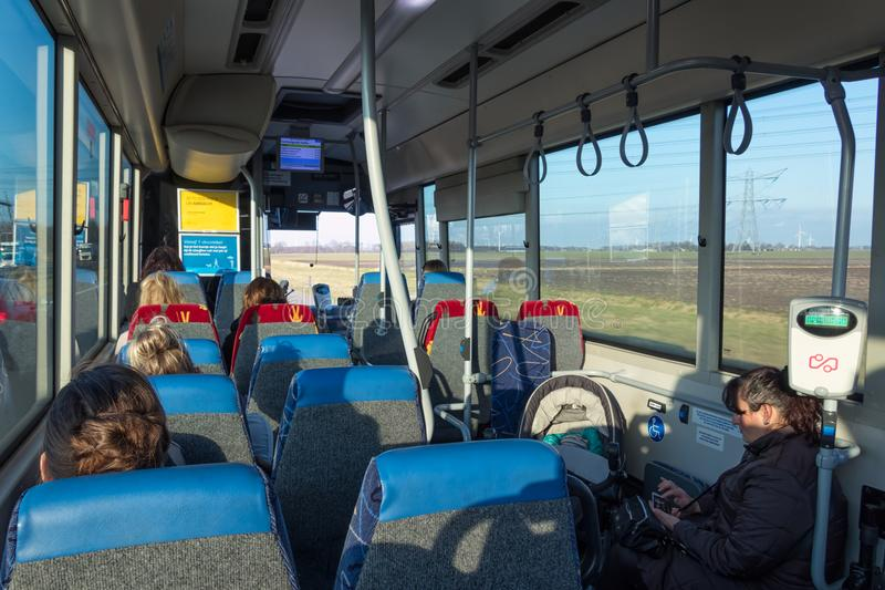 Pasażery w Holenderskim autobusowym podróżowaniu od Lelystad Emmeloord fotografia royalty free