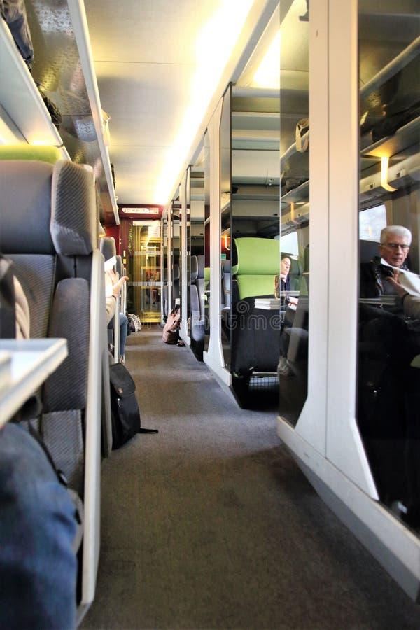 Pasażery w pierwsza klasa terenie na Paryż TGV trenują obrazy royalty free