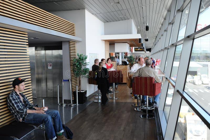 Pasażery w Ryskim lotnisku międzynarodowym fotografia stock