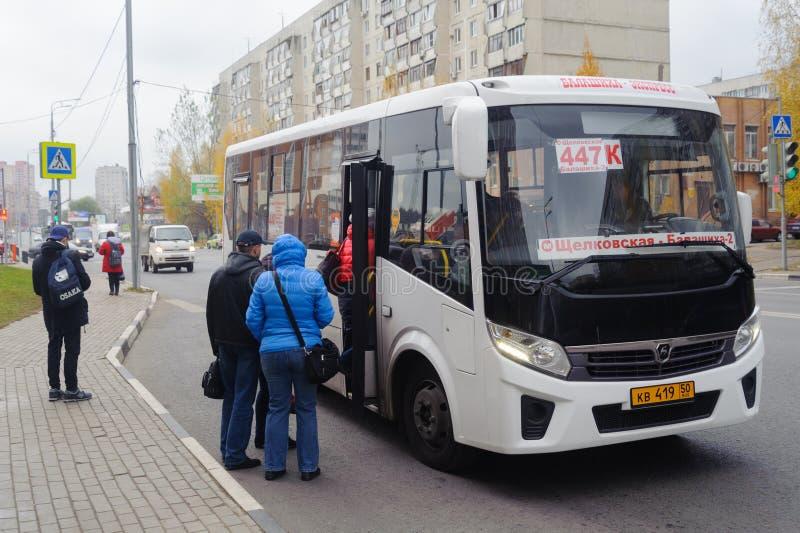 Pasażery wchodzić do autobus na Sverdlov ulicie na Październiku 28, 2016 w Balashikha obraz royalty free