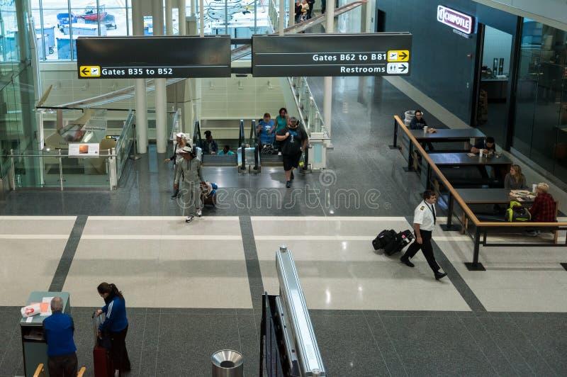 Pasażery wchodzić do lotniskowego terminal dostawać bramy obrazy royalty free
