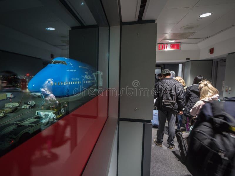 Pasażery wsiada Boeing 747-400 jumbo jet Od KLM Holenderskich linii lotniczych podróżuje od Toronto Alan Pearson Amsterdam Schiph zdjęcia royalty free