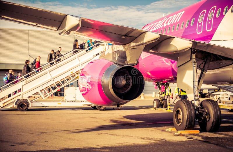 Pasażery wsiada w Paryskim Beauvais lotnisku zdjęcie stock