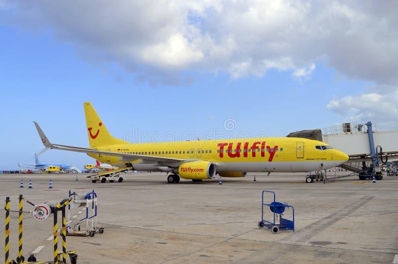 Pasażery wyokrętuje formę TUI latają Boeing 737 800 samolot zdjęcia royalty free