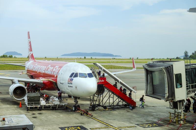 Pasażery wyokrętuje od AirAsia samolotu fotografia stock