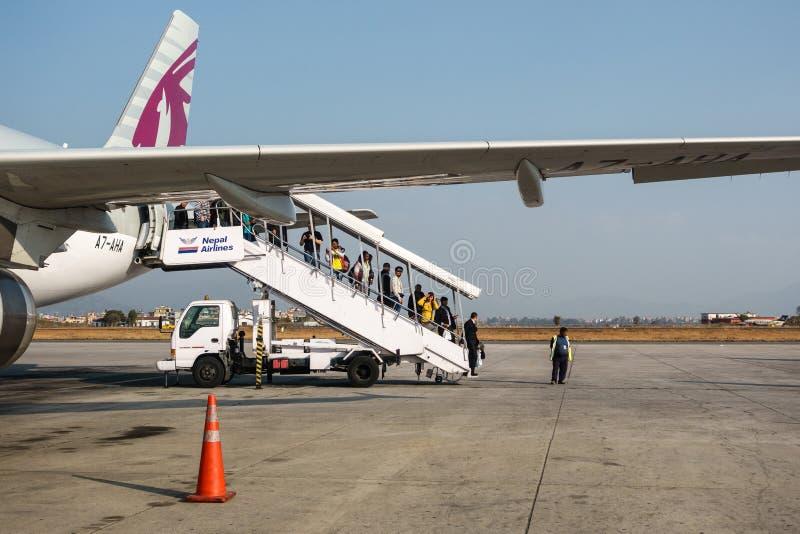 Pasażery wyokrętuje od Qatar Airways lota przy Tribhuvan obraz royalty free