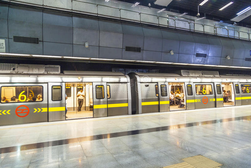 Pasażery zsiada metro obraz stock