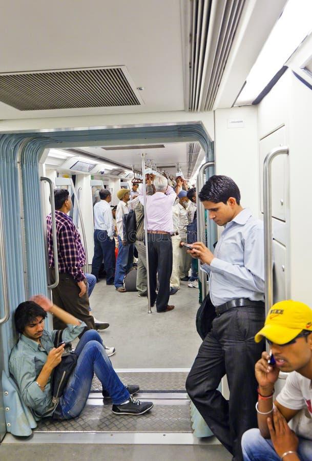 Pasażery zsiada metro pociąg na Novembe obrazy stock
