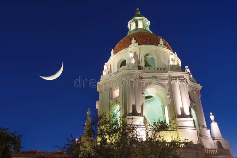 Pasadena City Hall Cupola en Moon royalty-vrije stock foto's