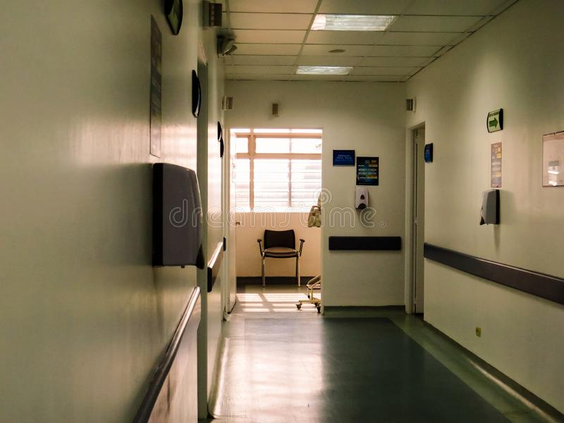 Pasadizo del hospital y puertas de las habitaciones foto de archivo libre de regalías