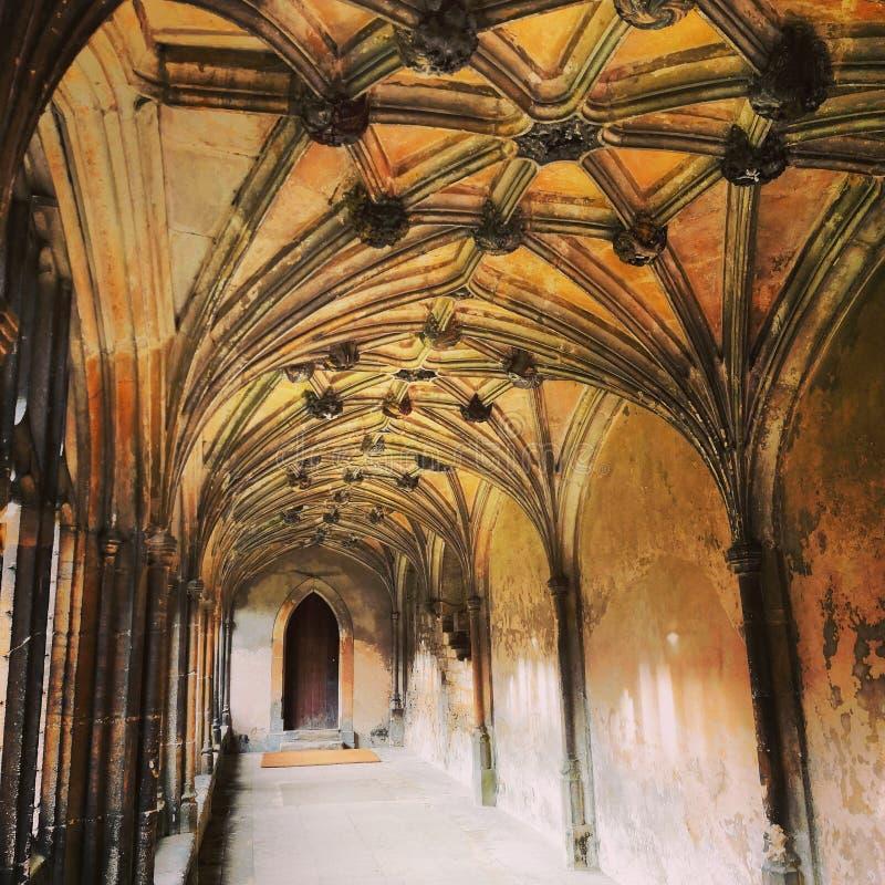 Pasadizo medieval de la iglesia foto de archivo libre de regalías
