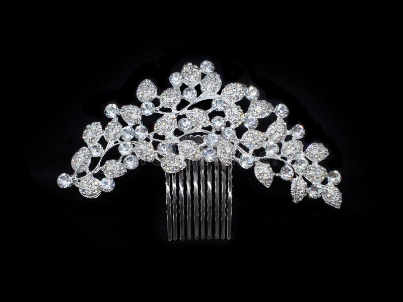 Pasador cristalino del peine de los diamantes artificiales de plata de lujo de los diamantes de la boda aislado en negro imagen de archivo libre de regalías
