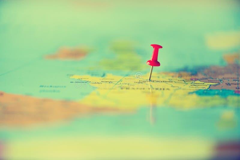 Pasador rojo, chincheta, perno que muestra la ubicación, punto de destino del viaje en mapa Copie el espacio, concepto de la form fotos de archivo libres de regalías