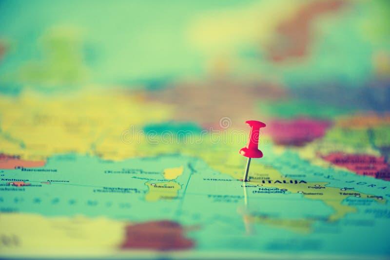 Pasador rojo, chincheta, perno que muestra la ubicación, punto de destino del viaje en mapa Copie el espacio, concepto de la form imagen de archivo