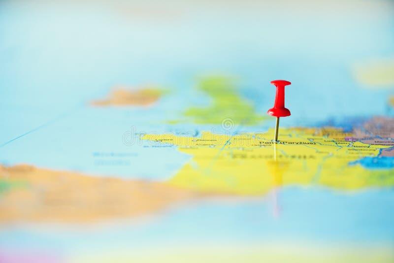 Pasador rojo, chincheta, perno que muestra la ubicación, punto de destino del viaje en mapa Copie el espacio, concepto de la form foto de archivo libre de regalías