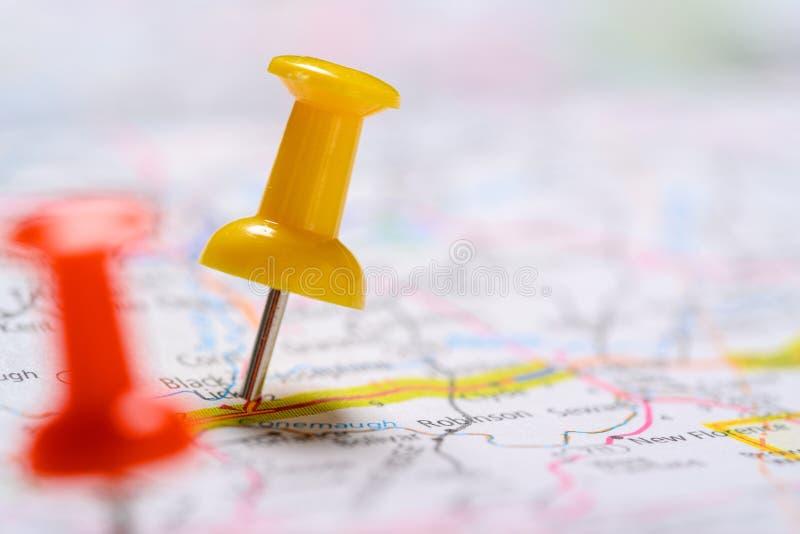 Pasadores rojos y amarillos en un mapa fotografía de archivo libre de regalías
